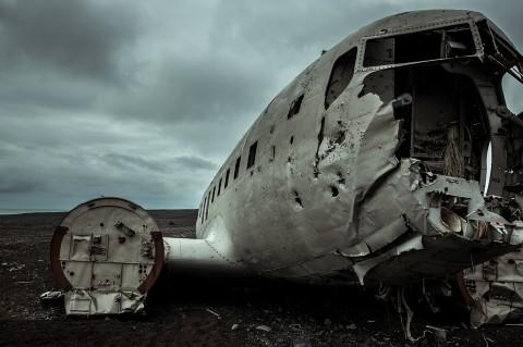 Restos de avión abandonado en una playa de Islandia, avión de la marina que hizo un aterrizaje forzoso por falta de fuel