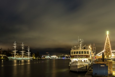 Paseo a orillas del lago Mälaren de noche , Estocolmo, Suecia