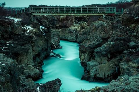Rio azul en Islandia