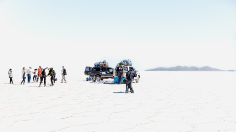 Gente disfrutando en el Salar de Uyuni, Bolivia