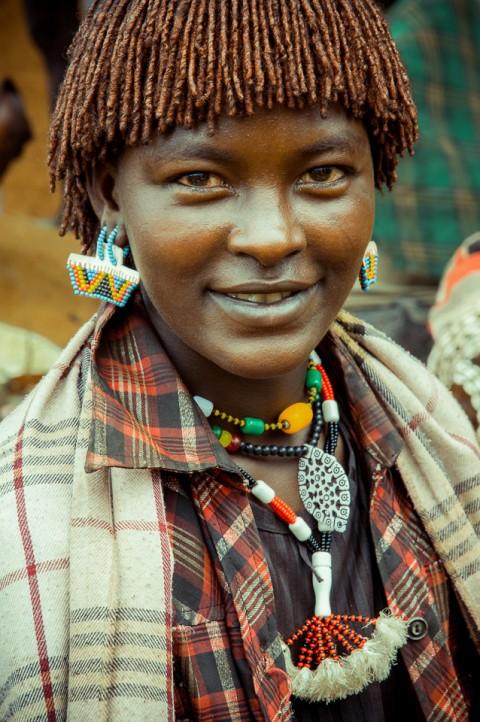 Mujer Hammer en el mercado sonrie