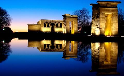Anochecer, hora azul en el templo de Debod en Madrid