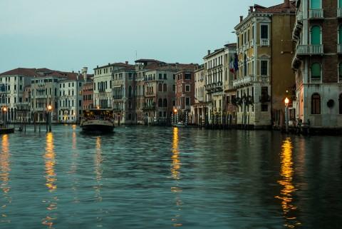 Vaporeto en el Gran Canal de Venecia