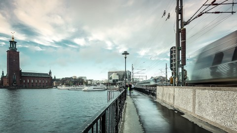 Paseo a orillas del lago Mälaren , Estocolmo, Suecia