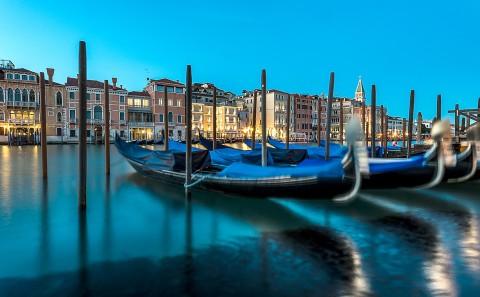 Exposición larga y gondolas en muelle de Venecia, Italia