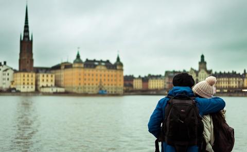 Pareja mira las vistas de Estocolmo, Suecia