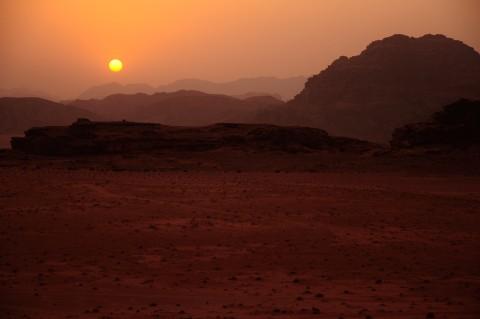 Atardecer en desierto de Wadi rum , Jordania